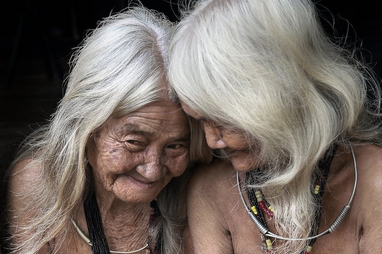 Zwei alte Freundinnenschauen voller Dankbarkeit und Glück auf ihr Leben zurück